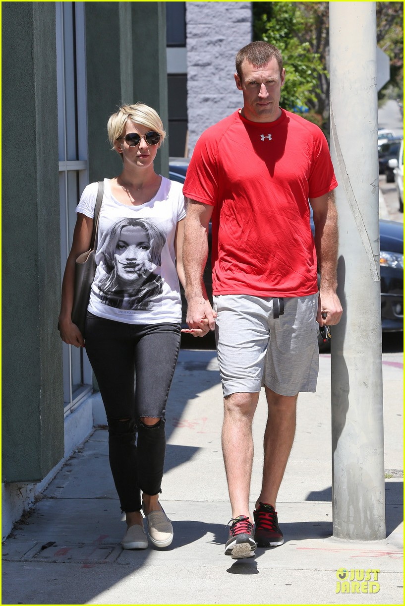 julianne hough doesnt shy away love for boyfriend brooks laich 013099511