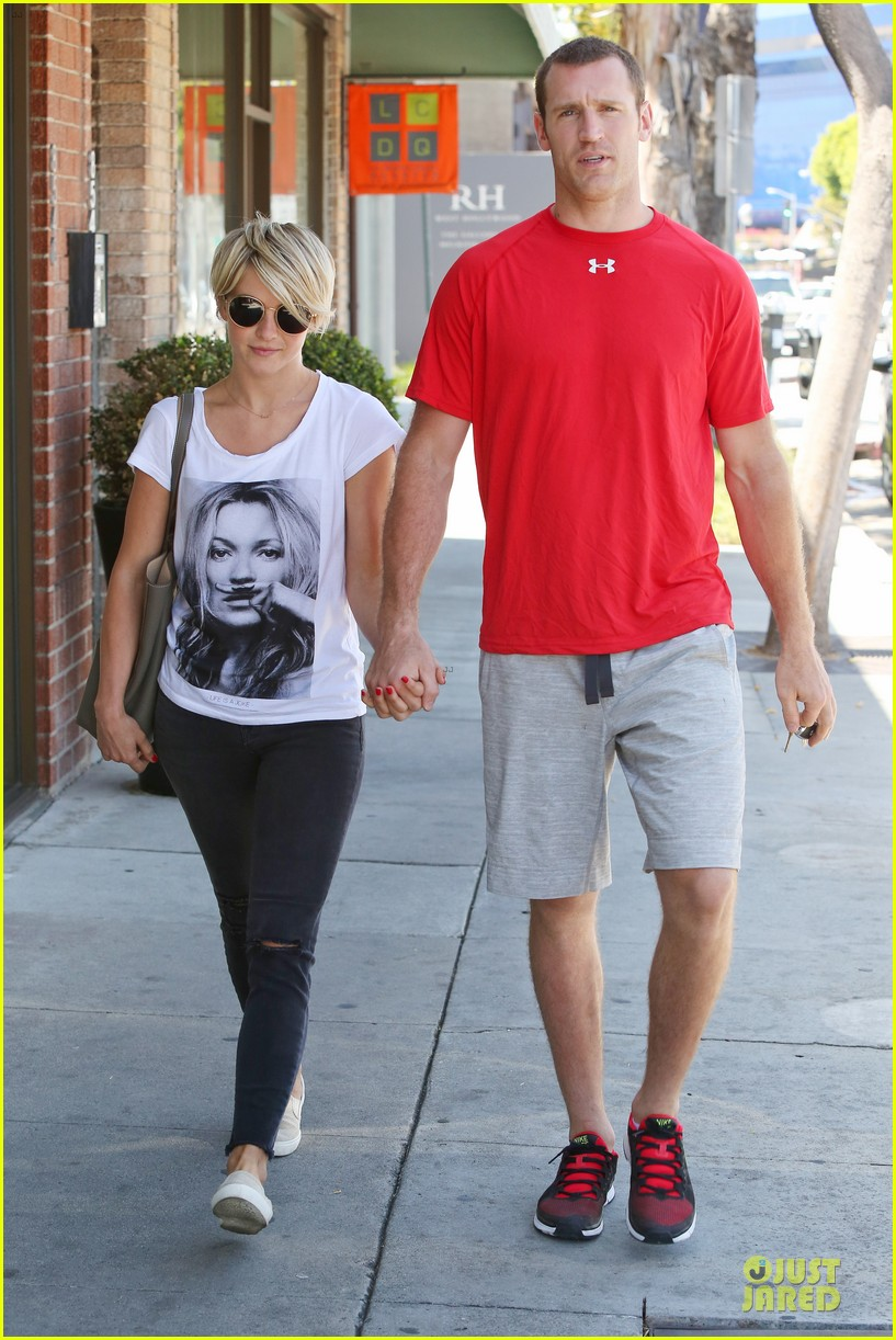 julianne hough doesnt shy away love for boyfriend brooks laich 063099516