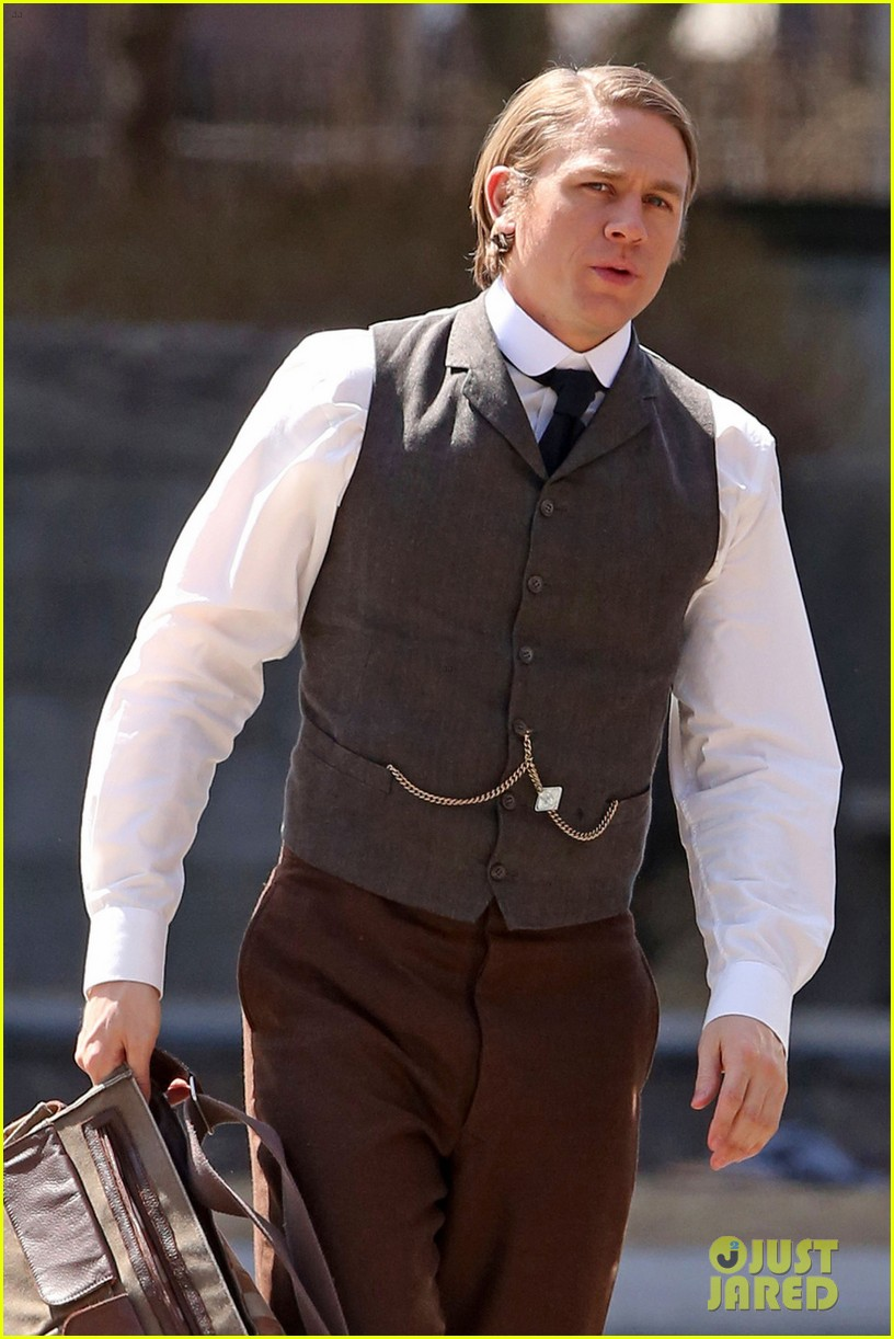only charlie hunnam can make a period costume sexy 02