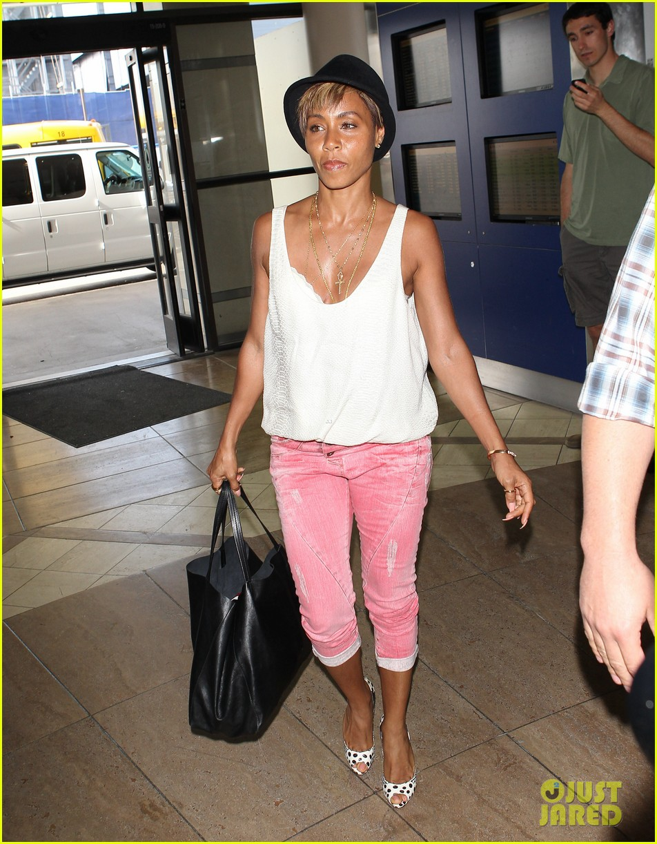 jada pinkett smith goes blonde displays lighter hair under her hat 033096702