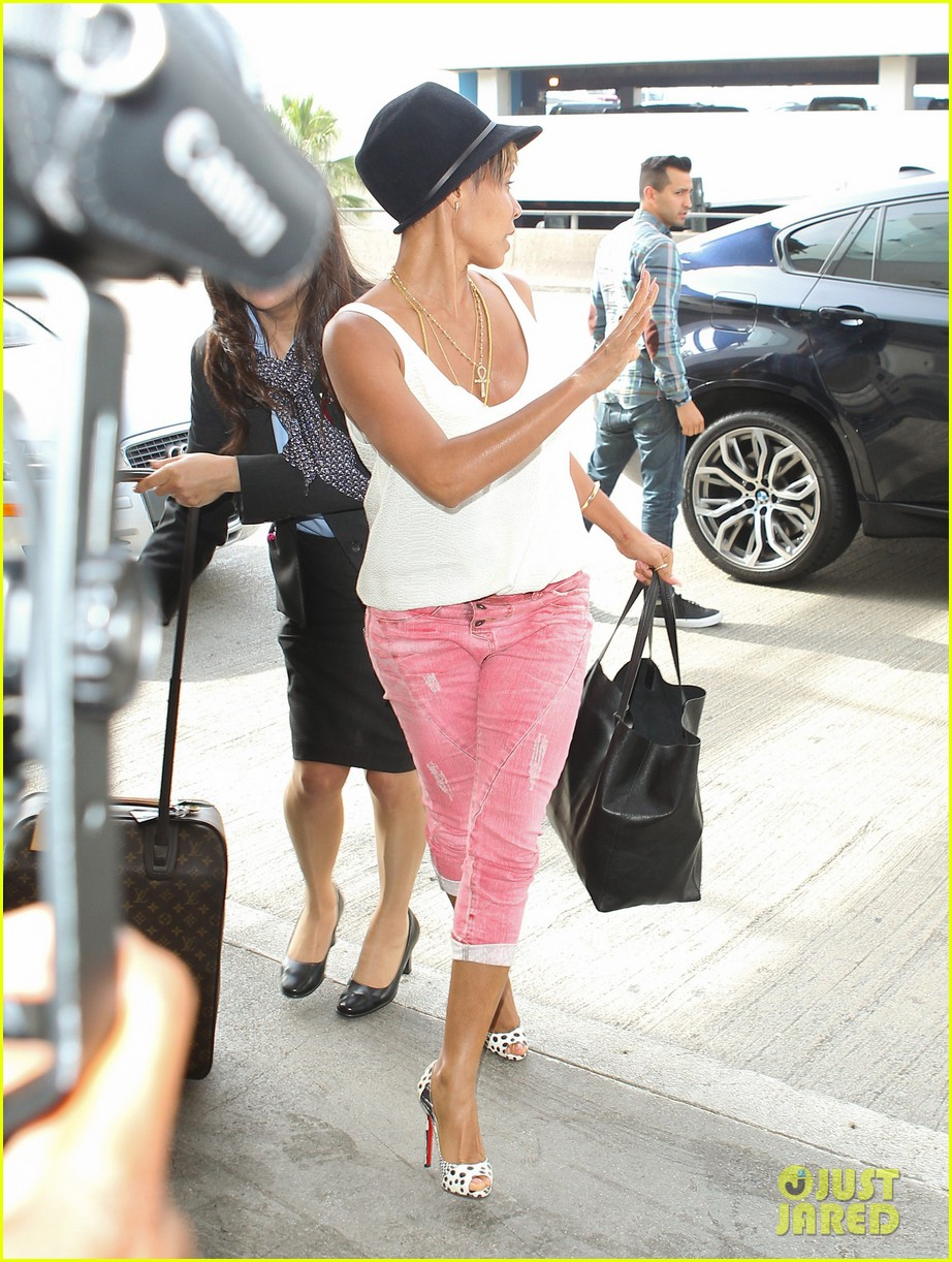 jada pinkett smith goes blonde displays lighter hair under her hat 053096704