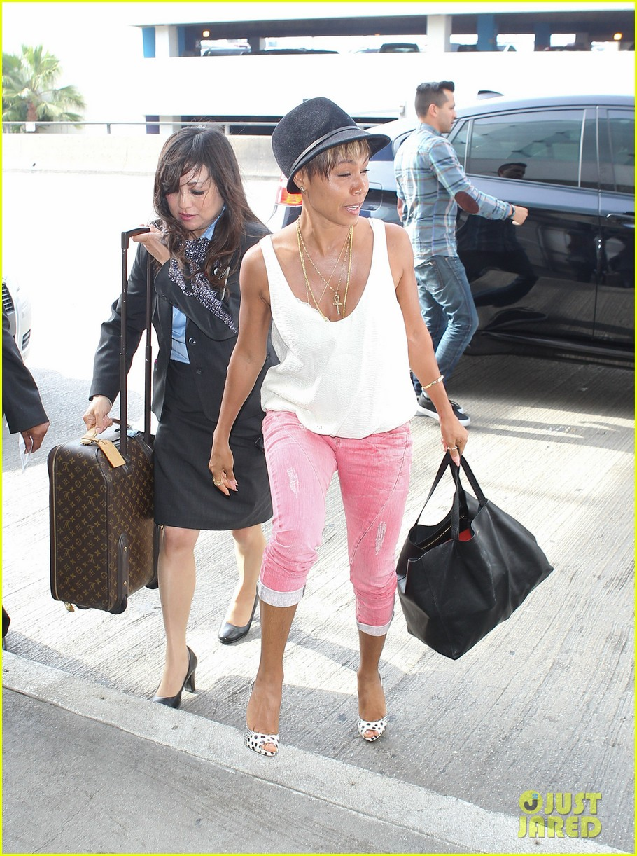 jada pinkett smith goes blonde displays lighter hair under her hat 063096705