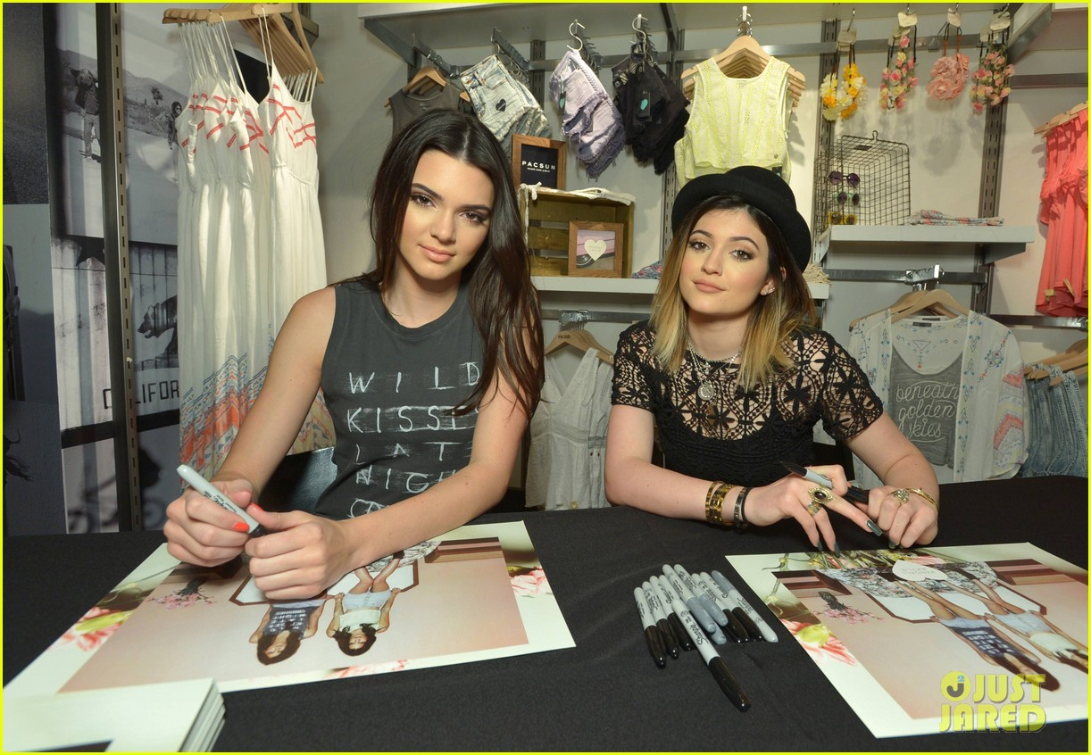 kendall kylie jenner take cute sister selfie at pac sun meet greet 033086075