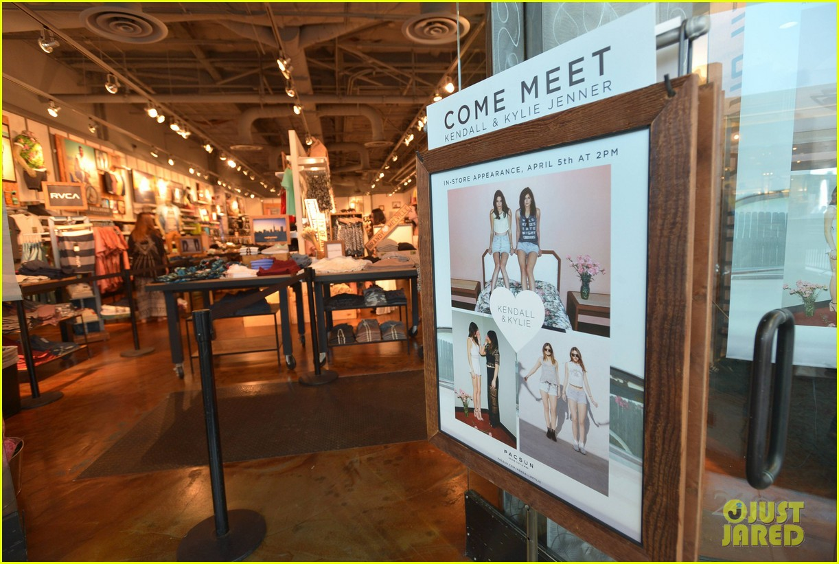 kendall kylie jenner take cute sister selfie at pac sun meet greet 21