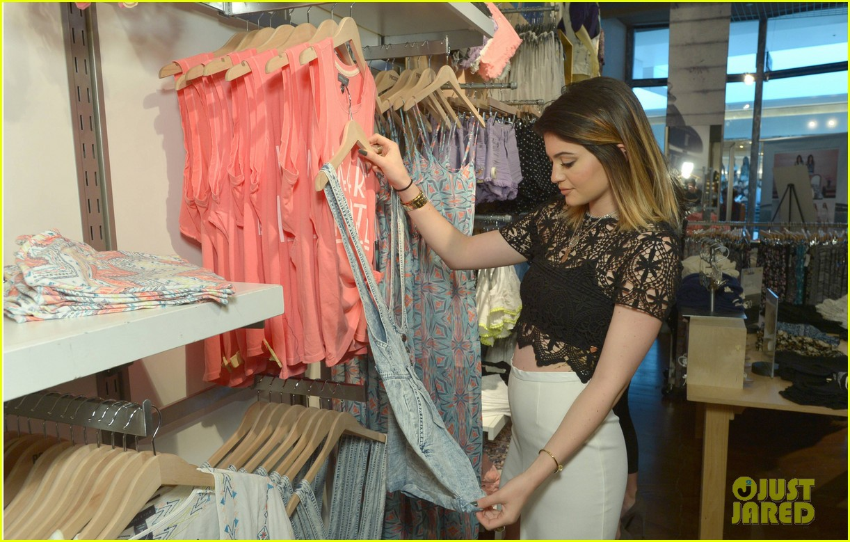kendall kylie jenner take cute sister selfie at pac sun meet greet 28