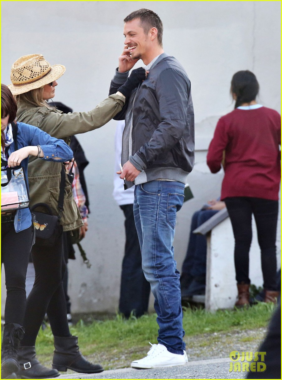 joel kinnaman is all smiles in good spirits after olivia munn split 113102399