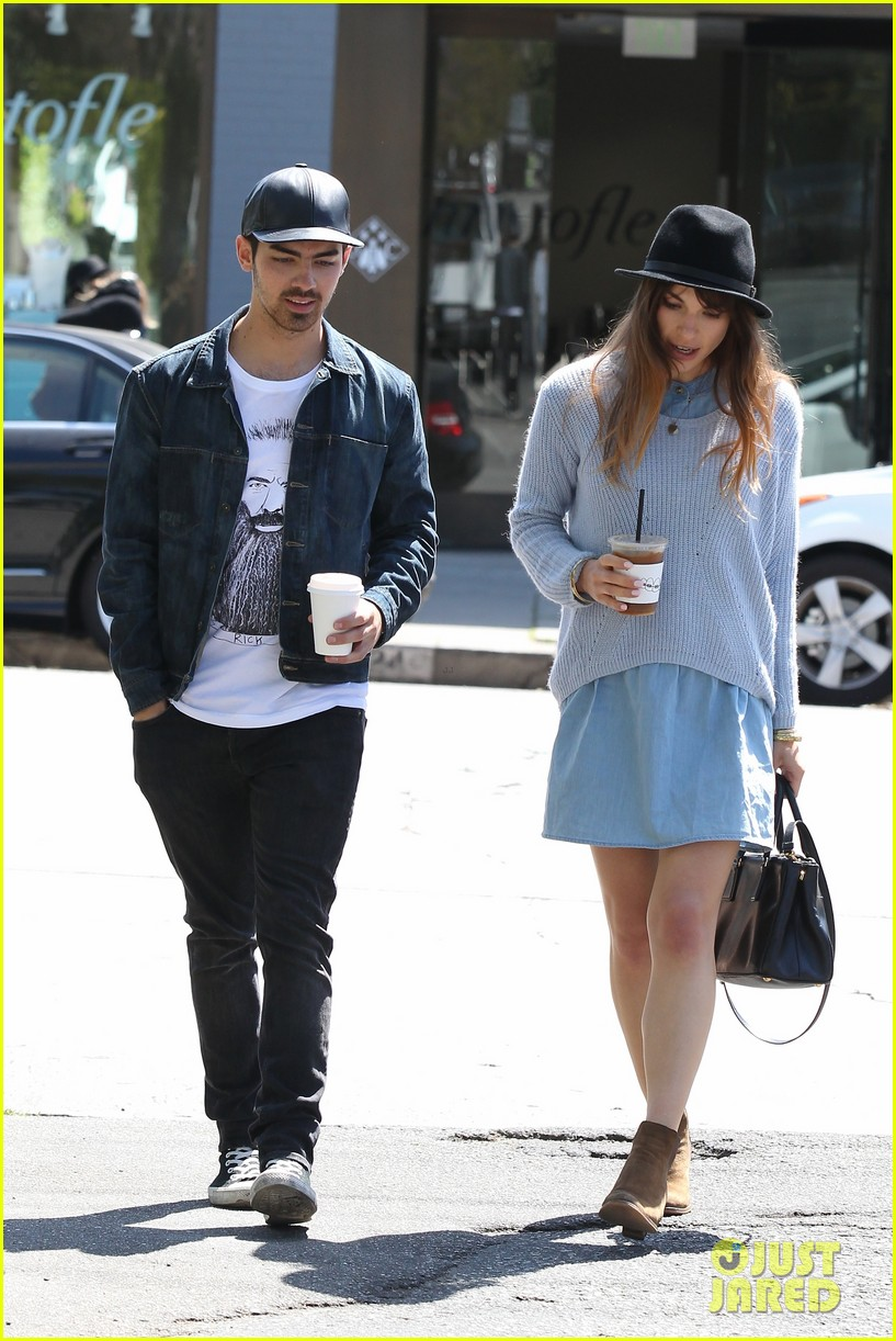 joe jonas blanda eggenschwiler use fashionable hats to keep the suns rays away 03