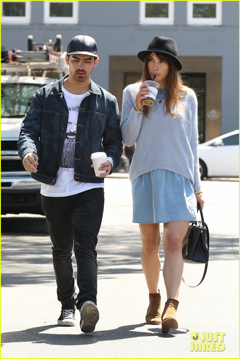 joe jonas blanda eggenschwiler use fashionable hats to keep the suns rays away 09