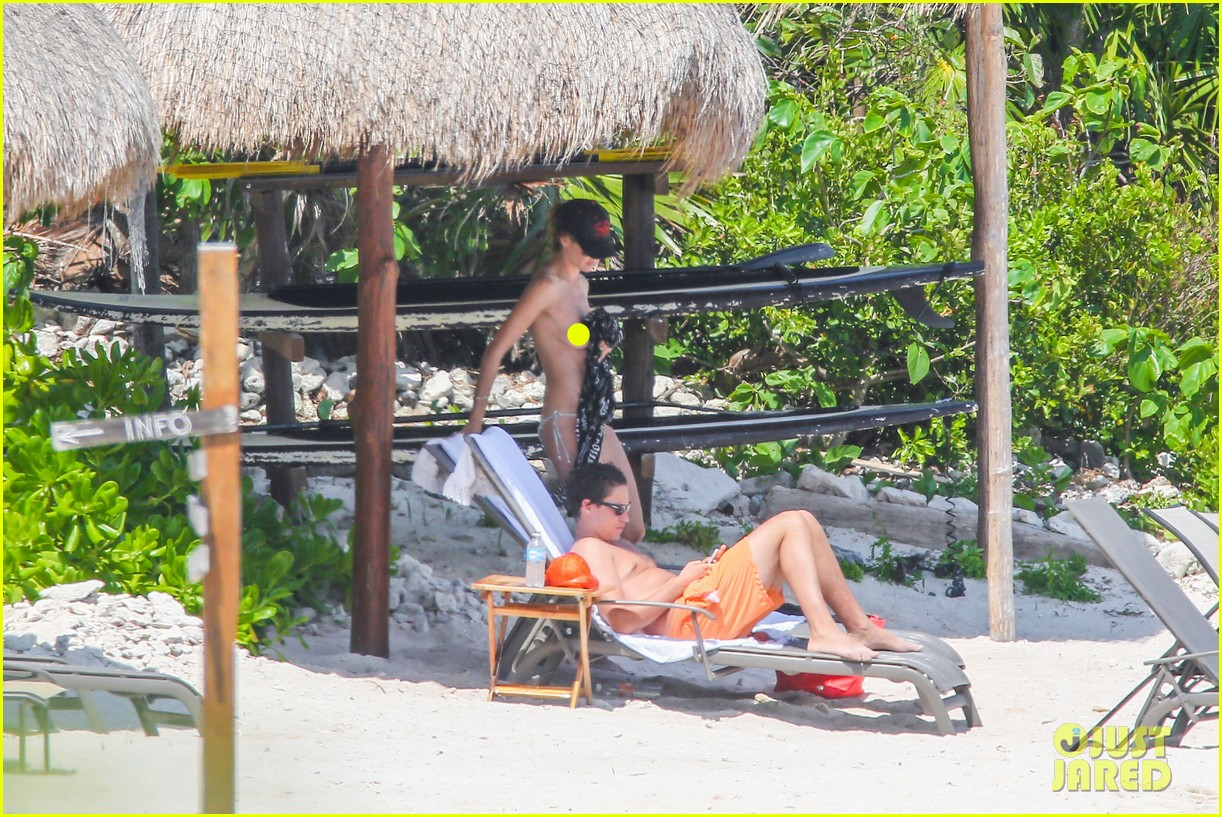 heidi klum goes topless at beach vito schnabel 15