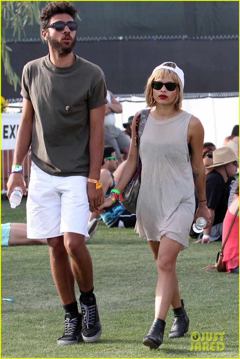 zoe kravitz holds hands with mystery man coachella 03