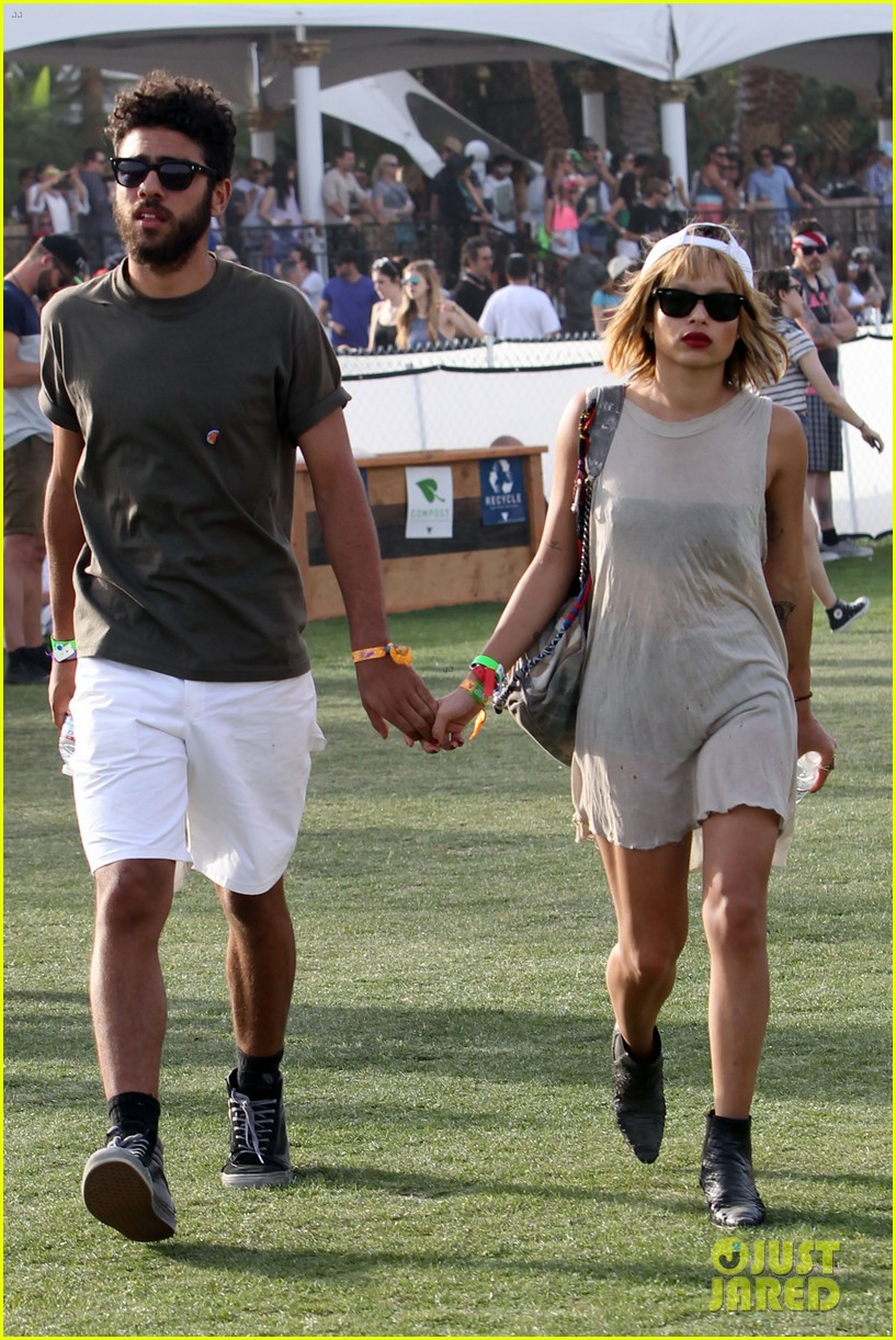zoe kravitz holds hands with mystery man coachella 09