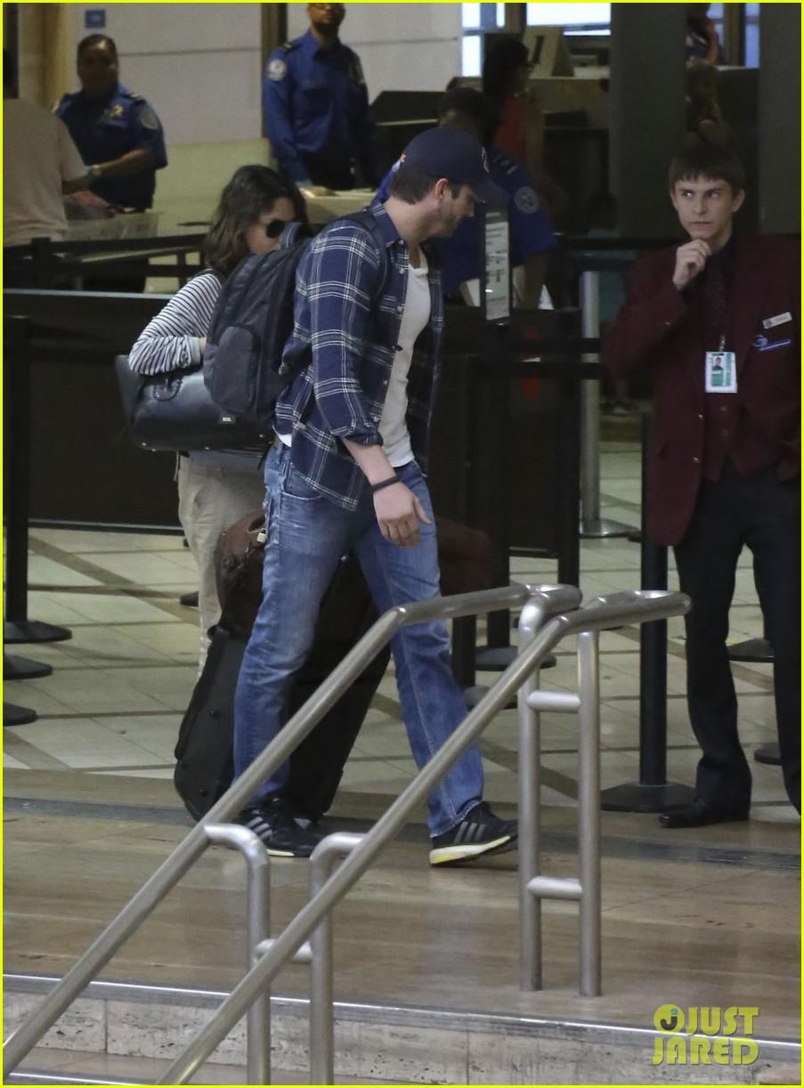 pregnant mila kunis ashton kutcher arrive home for easter 20