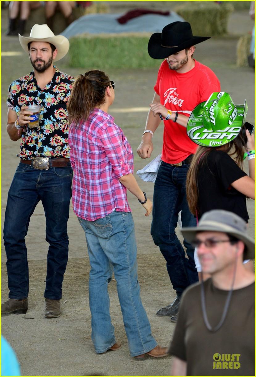 mila kunis ashton kutcher stagecoach festival 053099394