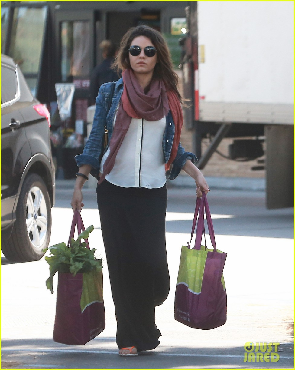 pregnant mila kunis shows off tiny baby bump 053086445