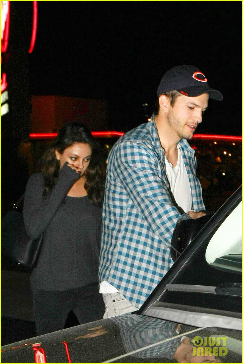 ashton kutcher flies home to pregnant fiancee mila kunis 14