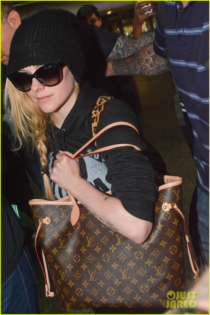 avril lavigne causes fan frenzy arriving at brazil 013101550
