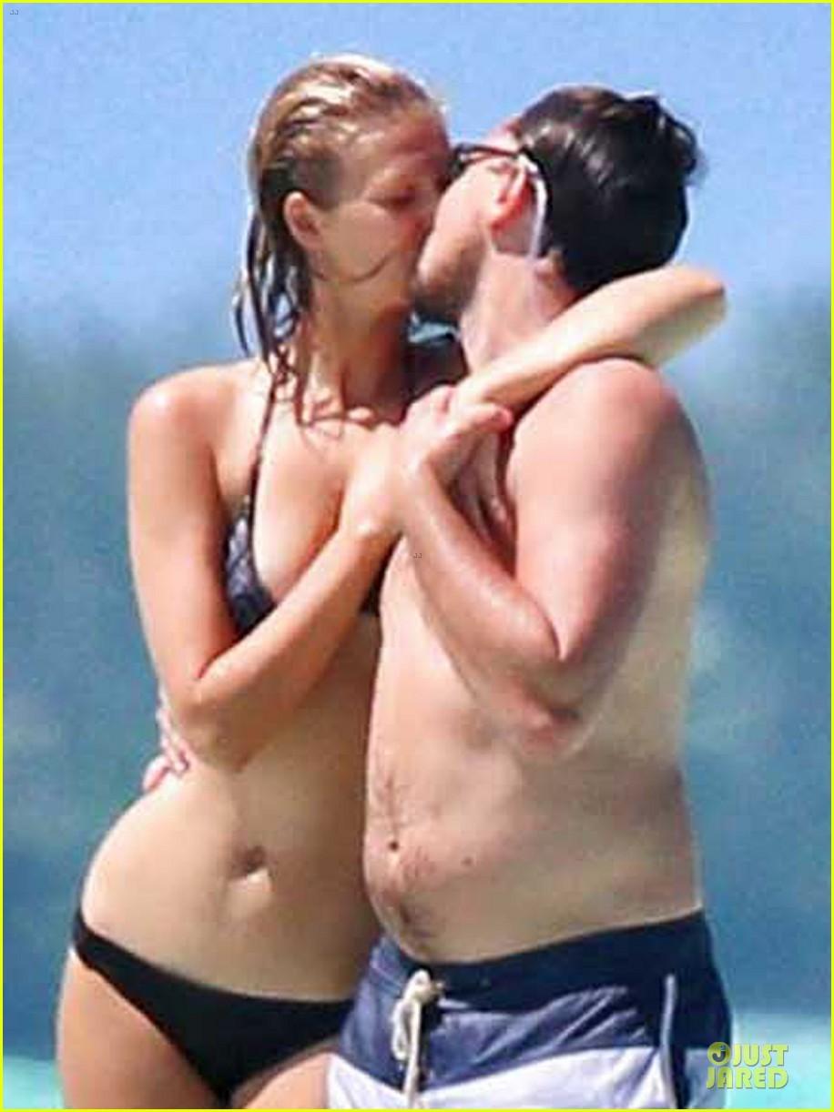 leonardo dicaprio toni garrn kiss hold hands in bora bora 023092734