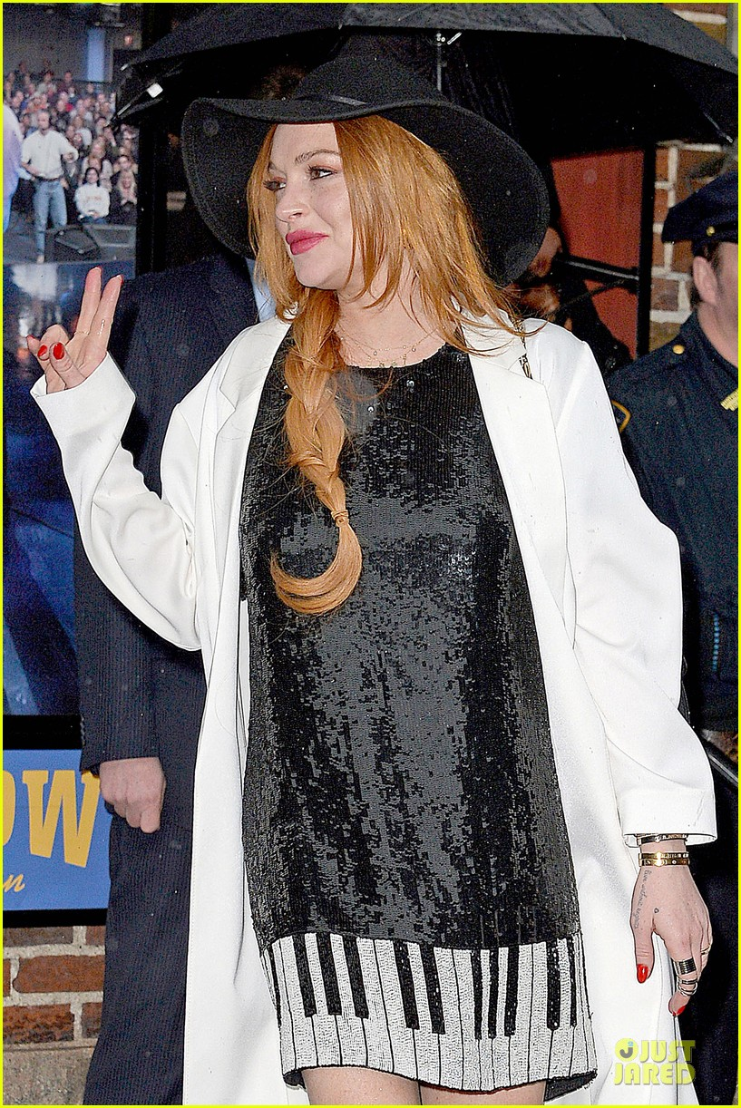 lindsay lohan brings music letterman 19