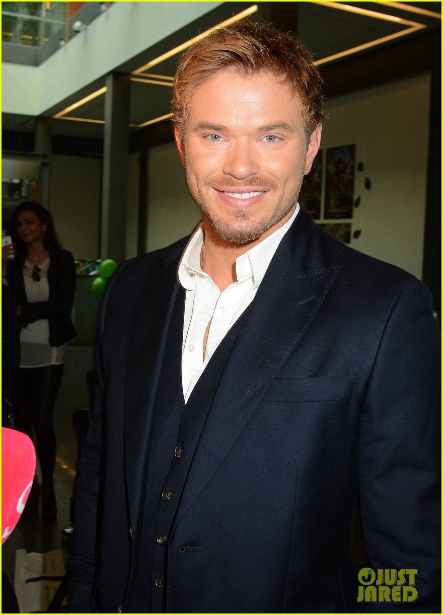 kellan lutz makes one fans day at tarzan ireland premiere 083097648