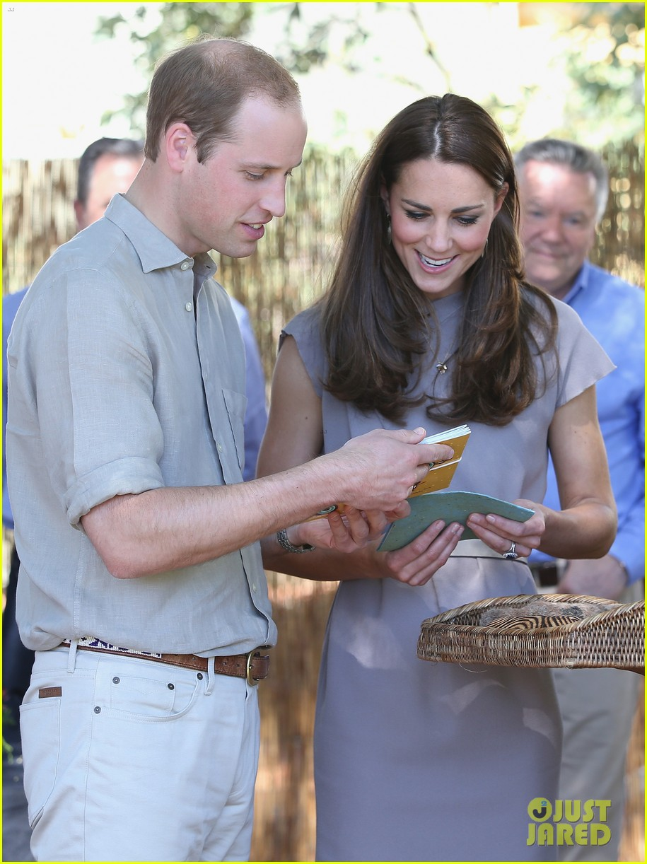 kate middleton dazzles in two dresses during visit to uluru with prince george 123096634