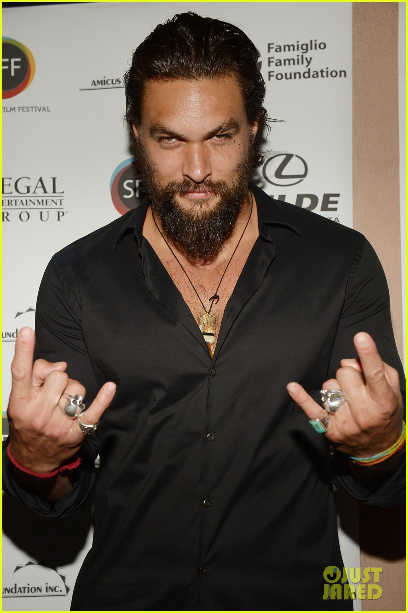 jason momoa proves master at posing for fan photos 023090850