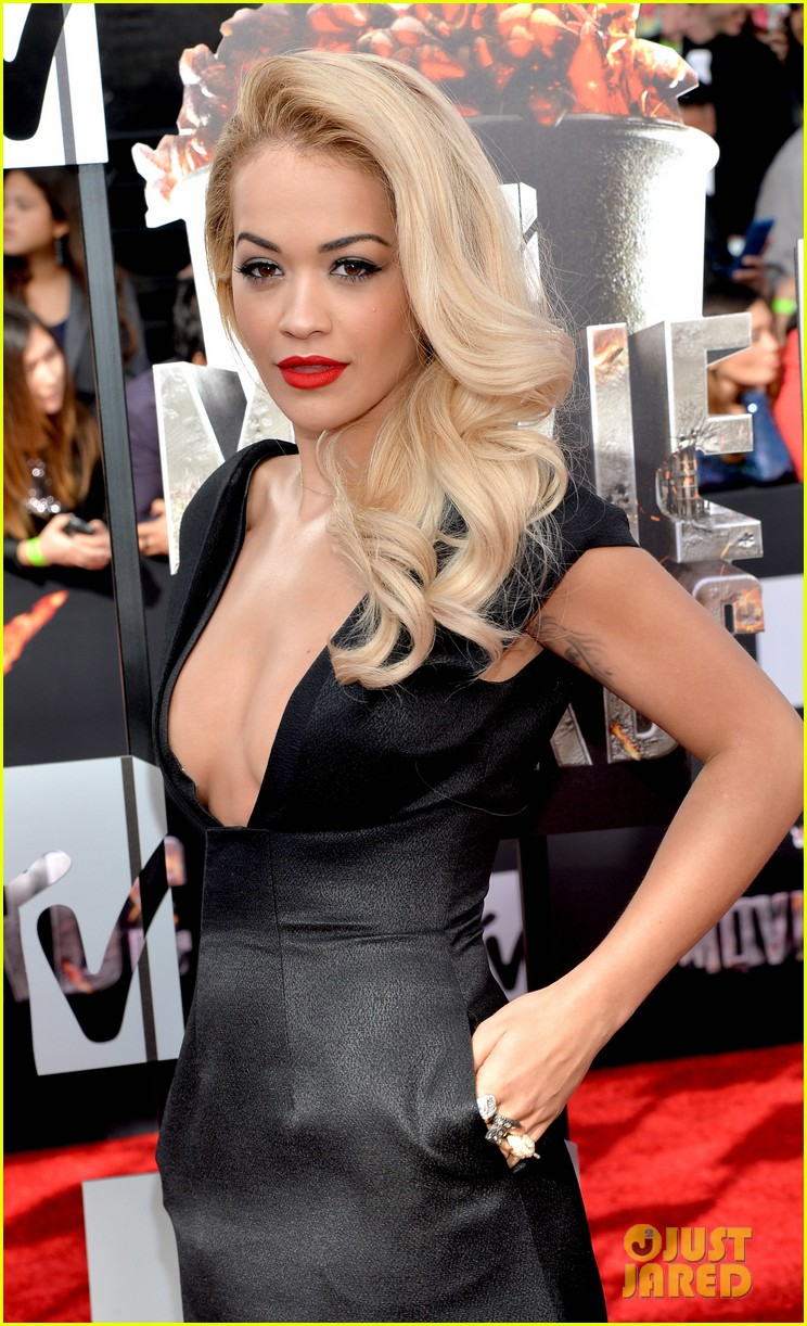 rita ora rocks plunging neckline at mtv movie awards 2014 023091194