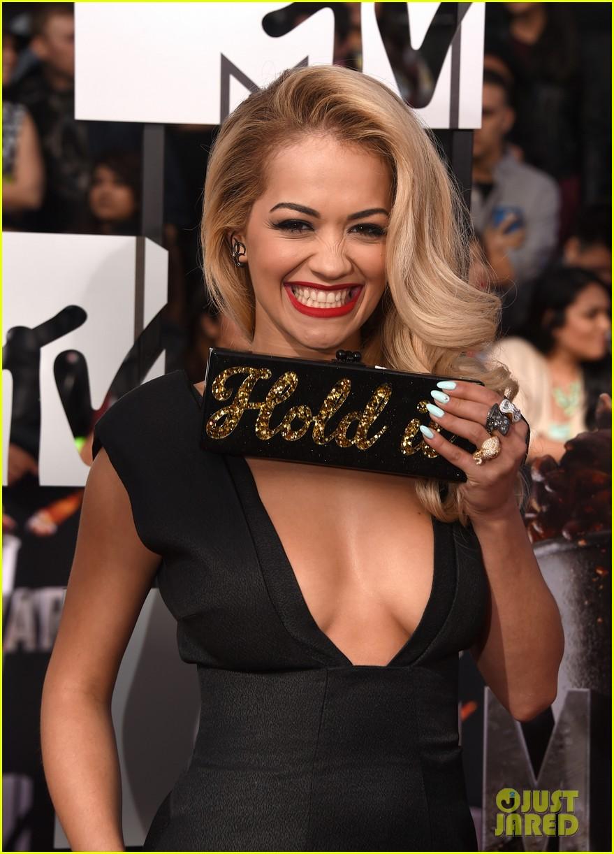 rita ora rocks plunging neckline at mtv movie awards 2014 03
