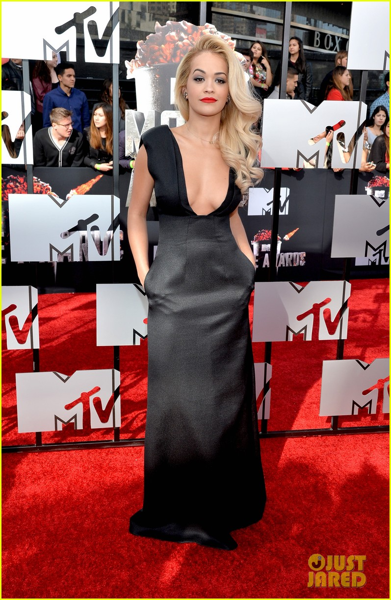 rita ora rocks plunging neckline at mtv movie awards 2014 05