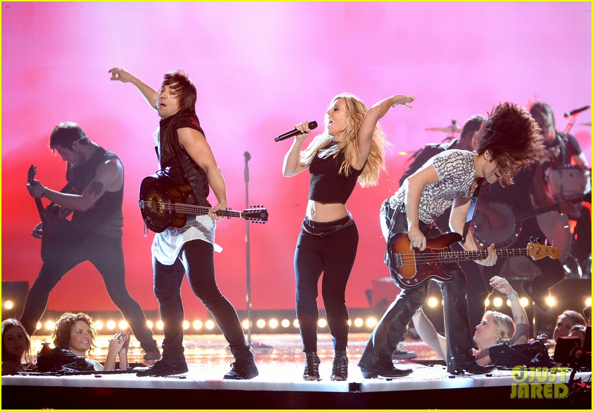 band perry performs chainsaw at acm awards 2014 04