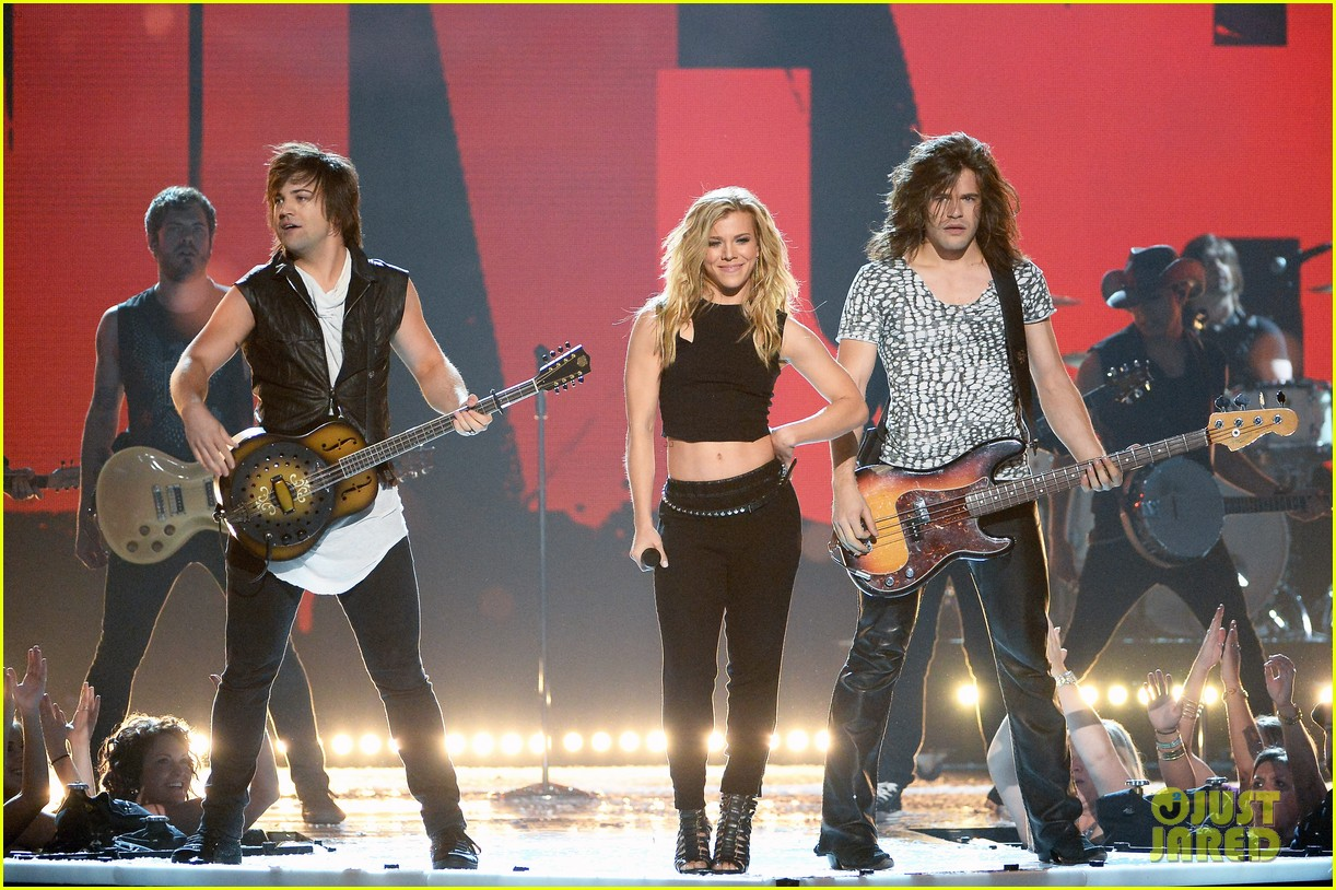 band perry performs chainsaw at acm awards 2014 10