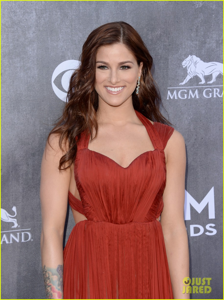 cassadee popes dress perfectly compliments red carpet at acm awards 2014 02
