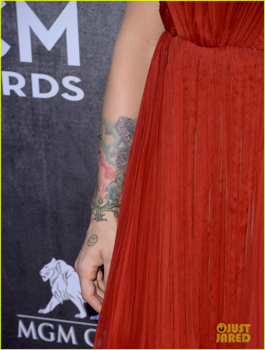 cassadee popes dress perfectly compliments red carpet at acm awards 2014 063085699