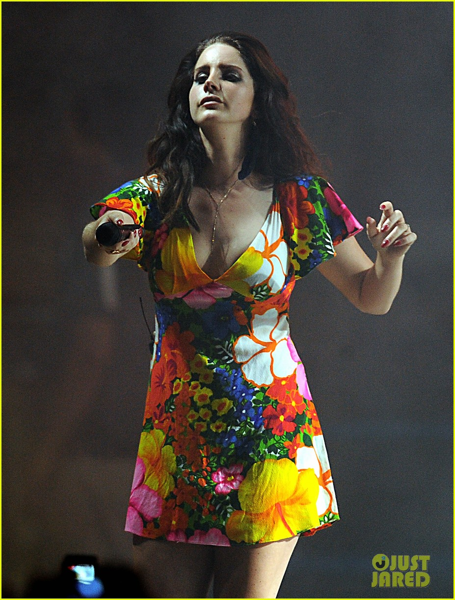 lana del rey lets loose during second coachella 07