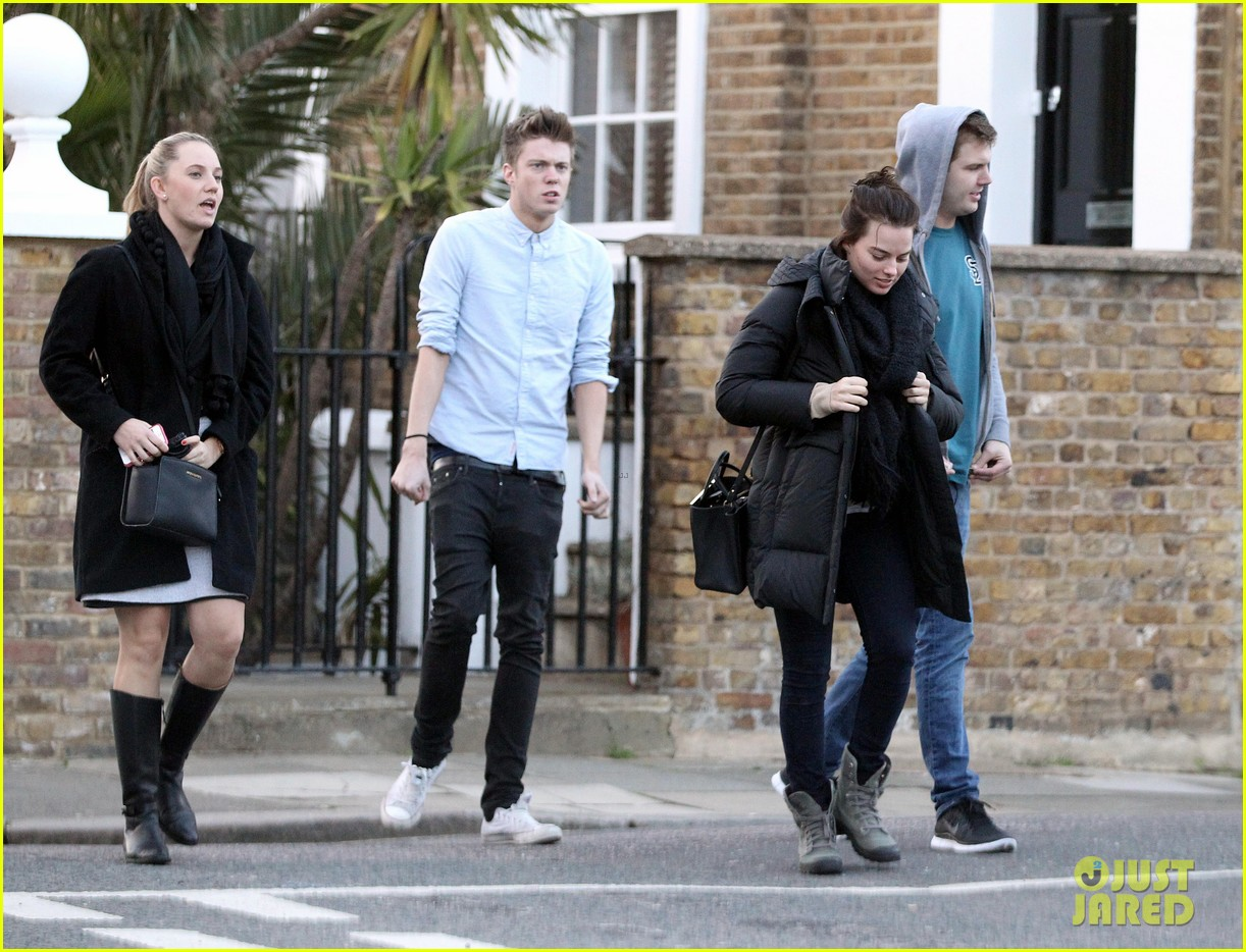 margot robbie makes time for her friends in london 18