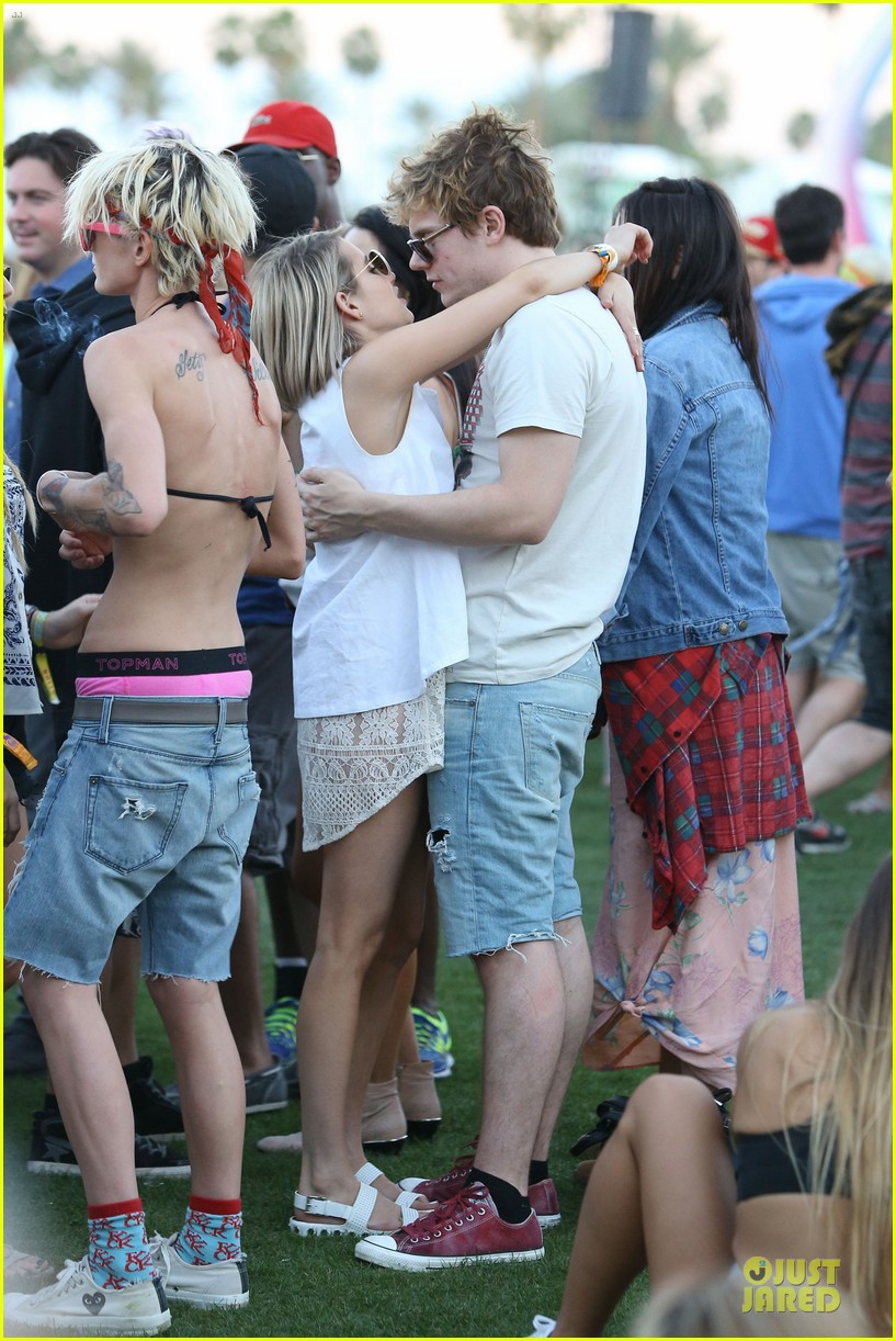 emma roberts evan peters kiss at coachella 16