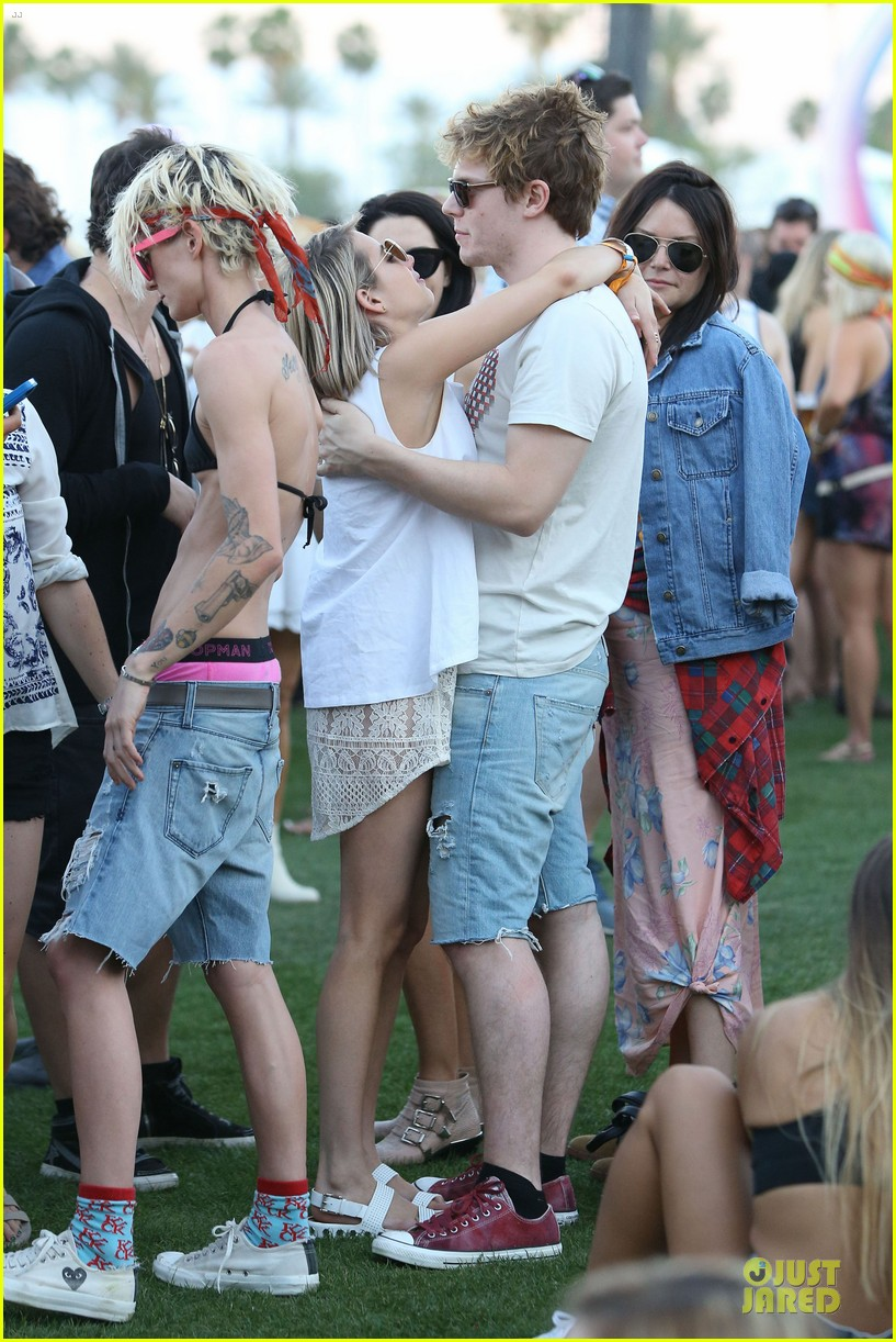 emma roberts evan peters kiss at coachella 20