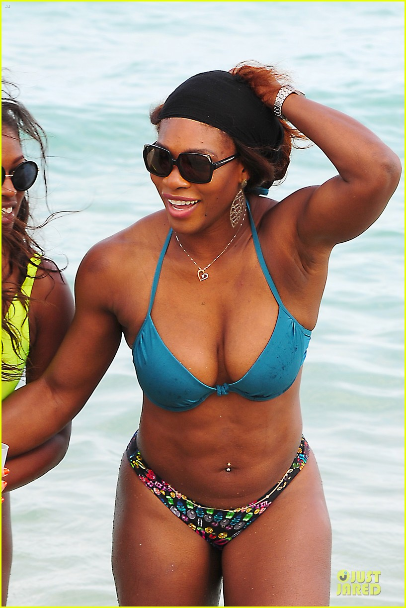 serena williams embracing boobs in fitness 06