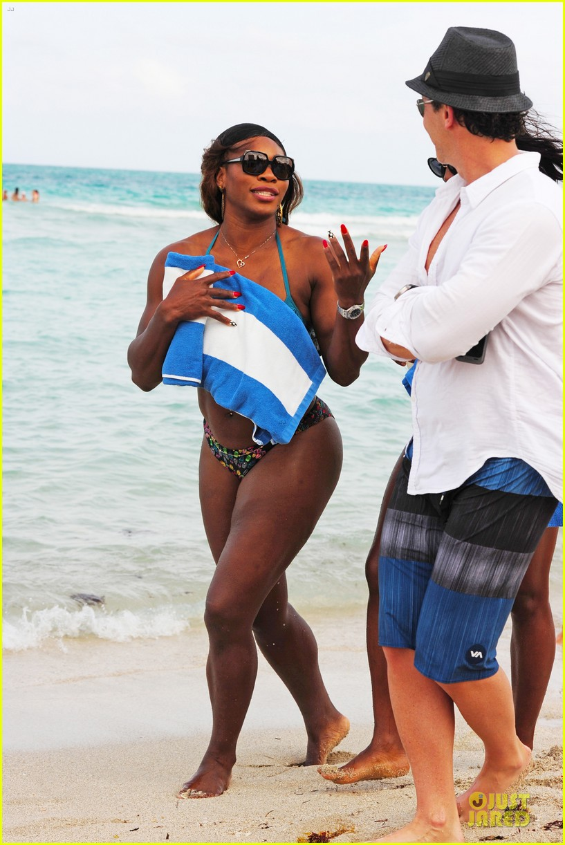 serena williams embracing boobs in fitness 183093559