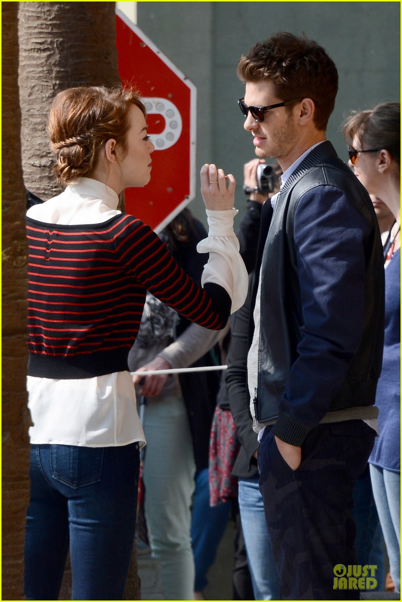 emma stone andrew garfield hold hands at disneyland 09