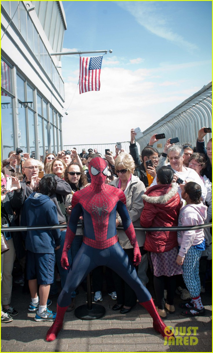 http://cdn02.cdn.justjared.com/wp-content/uploads/2014/04/stone-esb2/emma-stone-brings-her-bangs-to-the-empire-state-building-with-spiderman-cast-09.jpg