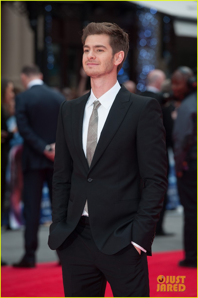 Full Sized Photo Of Emma Stone Andrew Garfield Eyes For Each Other Spider Man 2 Premiere 02 Photo 3088426 Just Jared