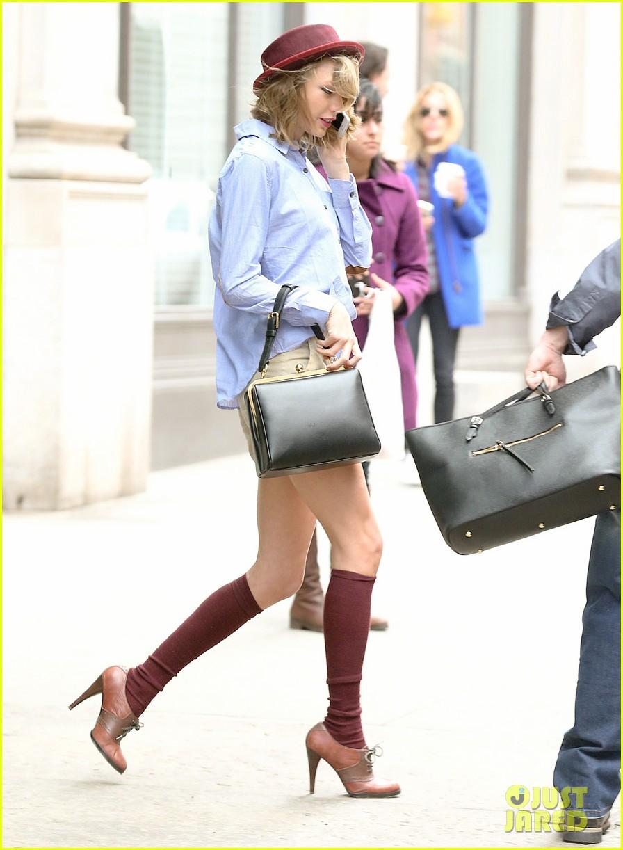 taylor swift wears knee high socks heels looks so cute 133097605