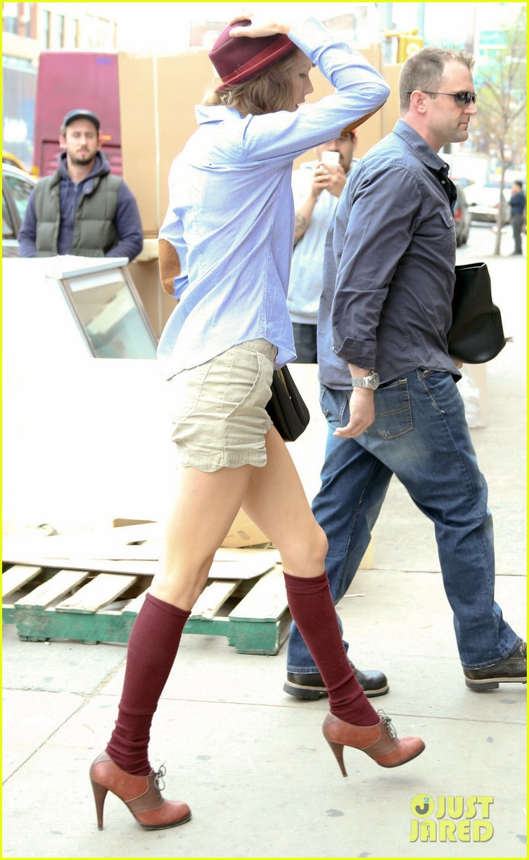taylor swift wears knee high socks heels looks so cute 153097607
