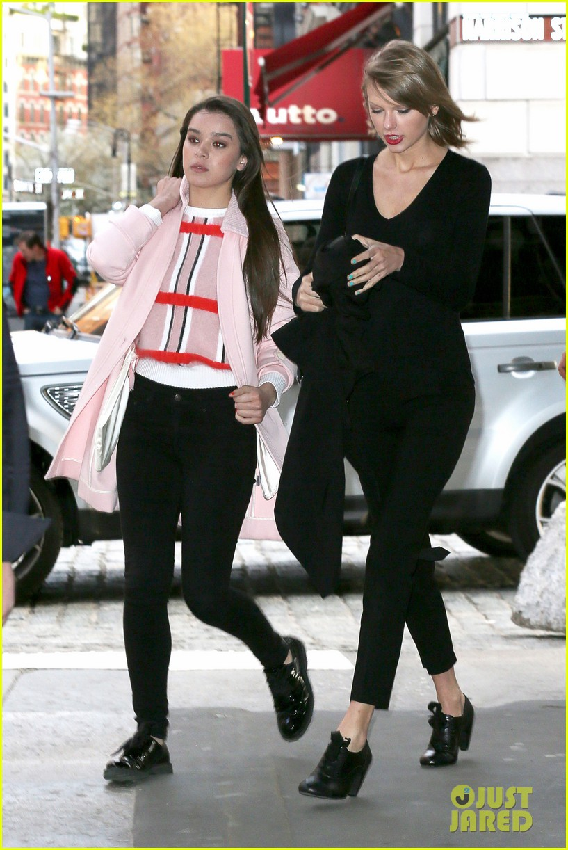 taylor swift hailee steinfeld get caught in the wind 15
