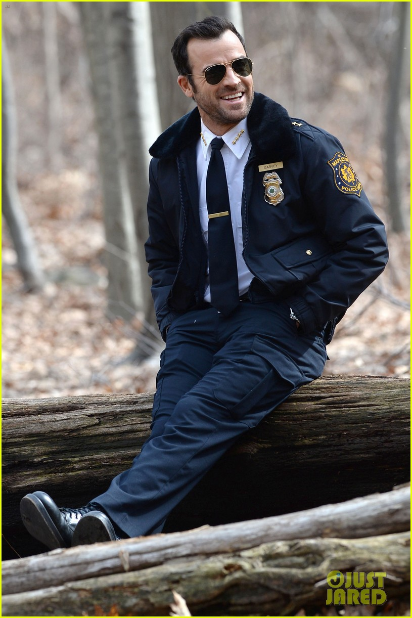 justin theroux looks all kinds of good in his police uniform for the leftovers 01