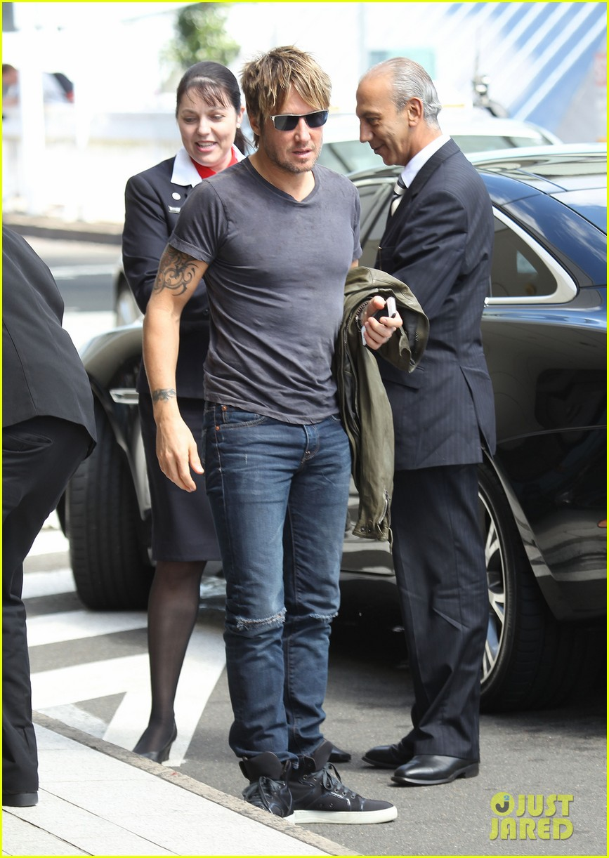 keith urban catches flight to make it back for american idol tonight 043083384