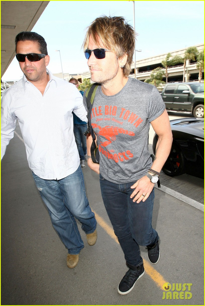 keith urban takes off for nashville acm awards 2014 08
