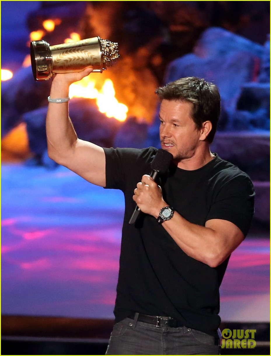 mark wahlberg wins generation award at mtv movie awards 2014 023091432