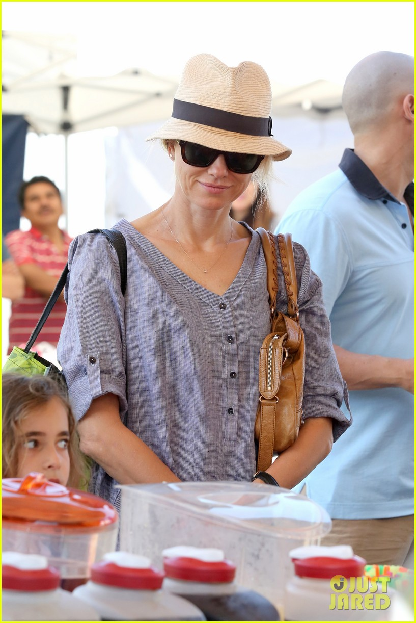 naomi watts rocks a baggy shirt dress for easter sunday shopping 02