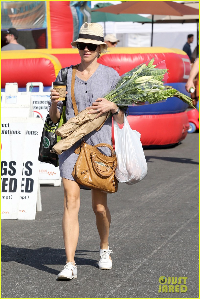 naomi watts rocks a baggy shirt dress for easter sunday shopping 09